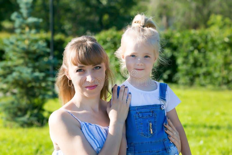 Portret m?oda matka z dzieckiem obraz royalty free