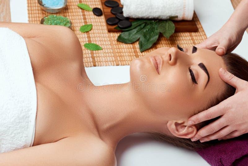 Portret m?oda pi?kna kobieta w zdroju salonie Zdroju cia?a masa?u Skincare i traktowanie leisure fotografia royalty free