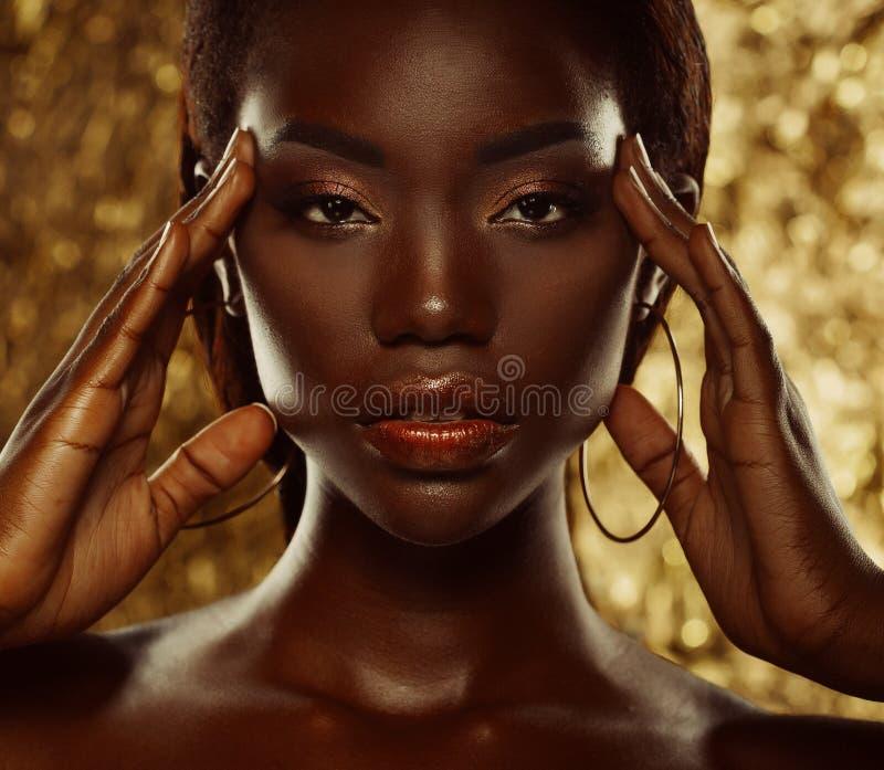 Portret M?ody afrykanina model z pi?knym makeup w studiu zdjęcie royalty free
