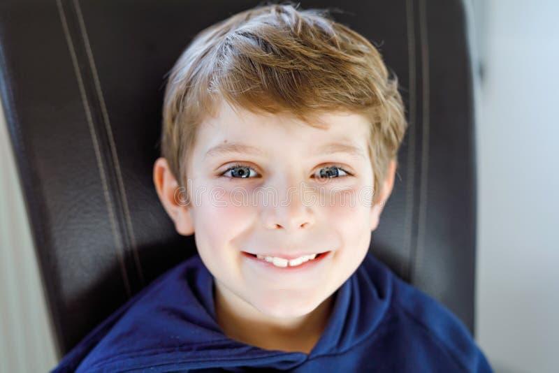 Portret mała śliczna szkolna dzieciak chłopiec Piękny szczęśliwy dziecko patrzeje kamerę Uczeń ma zabawę Edukacja obrazy stock