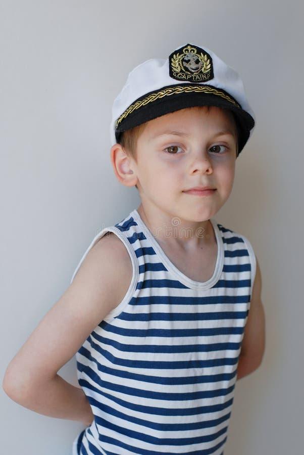 Portret mała śliczna caucasian chłopiec w kapitanu ` s kapeluszu zdjęcia royalty free