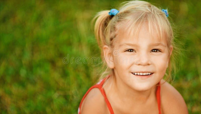 Portret mała dosyć jasnogłowa dziewczyna fotografia stock