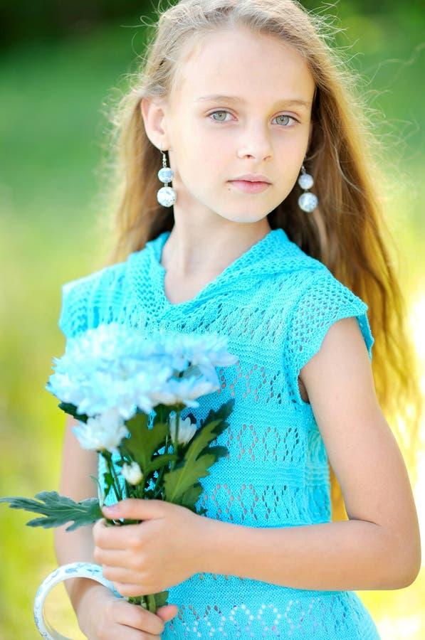 Portret mała dziewczynka outdoors zdjęcie stock