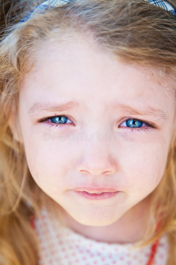 Portret mała dziewczynka płacz zdjęcie stock
