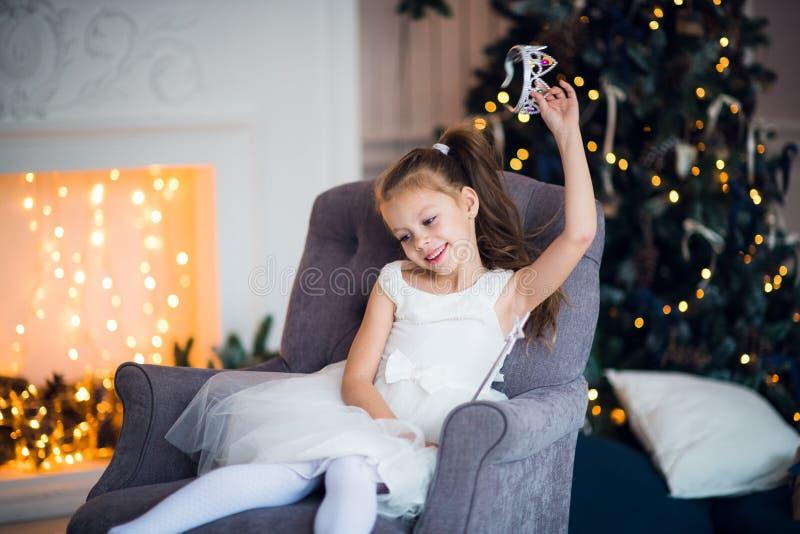 Portret mała dziewczynka w kostiumu śnieżna królowa obrazy royalty free
