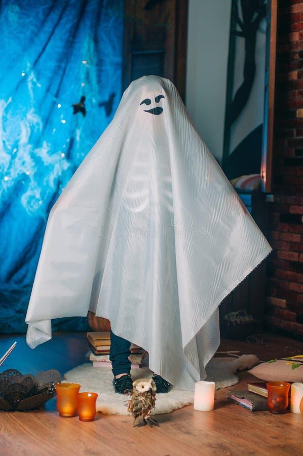 Portret mała dziewczynka w kostiumu duch fotografia royalty free