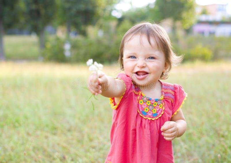 Portret mała dziewczynka z śródpolnym kwiatem fotografia stock