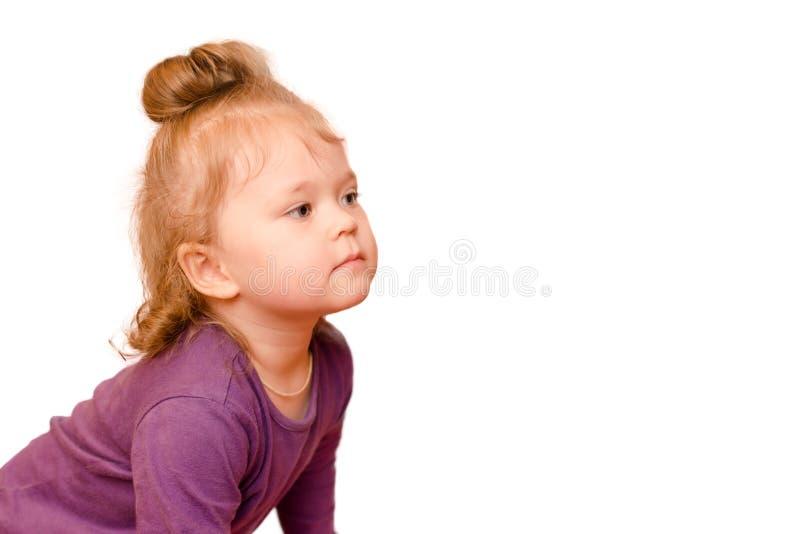Portret mała dziewczynka z ciekawym spojrzeniem, odosobniony na białym tle zdjęcie stock
