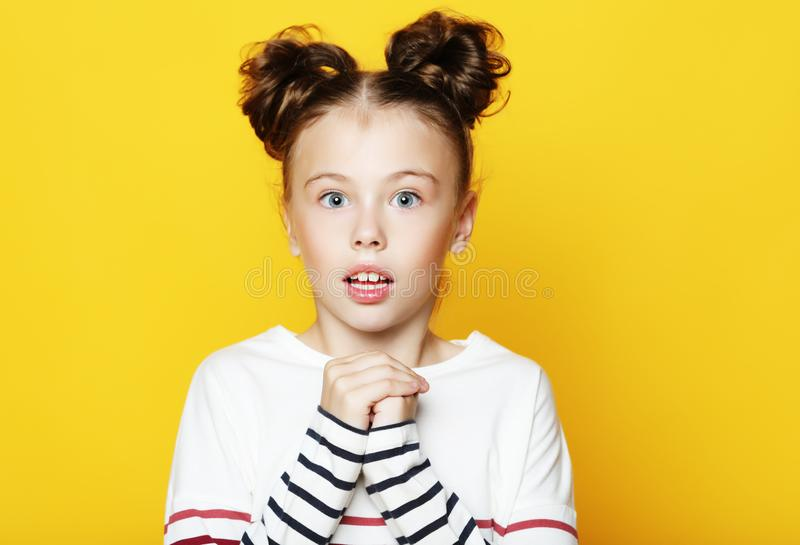 Portret mała dziewczynka z rozpieczętowanym usta i szalonym wyrażeniem Zaskakująca lub szokująca twarz fotografia royalty free