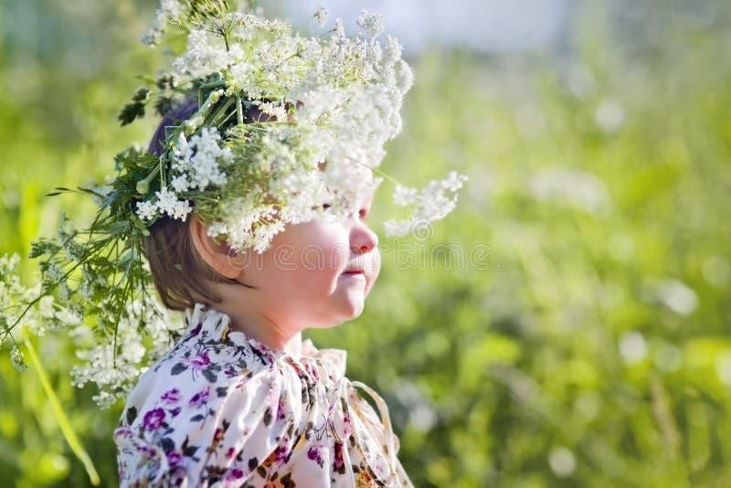 Portret mała dziewczynka z wiankiem zdjęcia royalty free