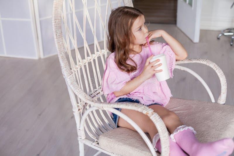 Portret mała piękna mody dziewczyna siedzi zdjęcie royalty free