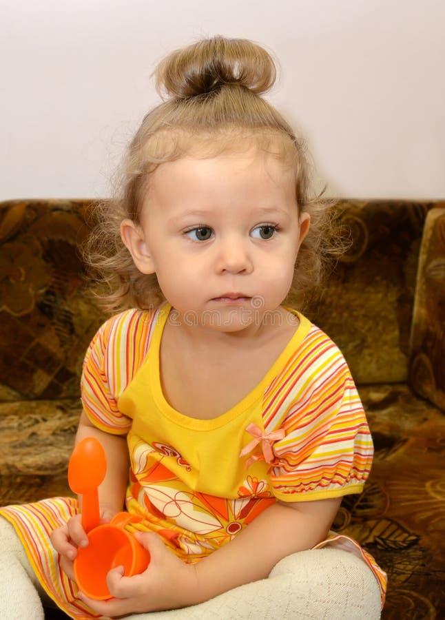 Portret mała poważna dziewczyna z zabawkami w rękach obraz royalty free