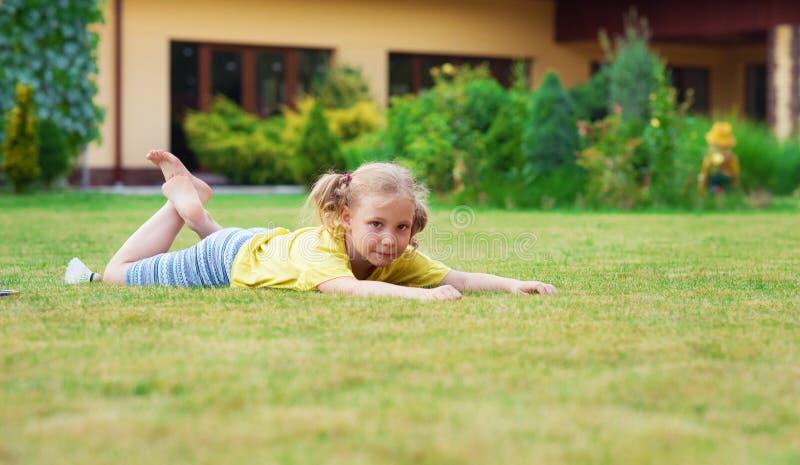 Portret mała szczęśliwa dziewczyna bawić się bosego badminton przy Gard zdjęcie royalty free