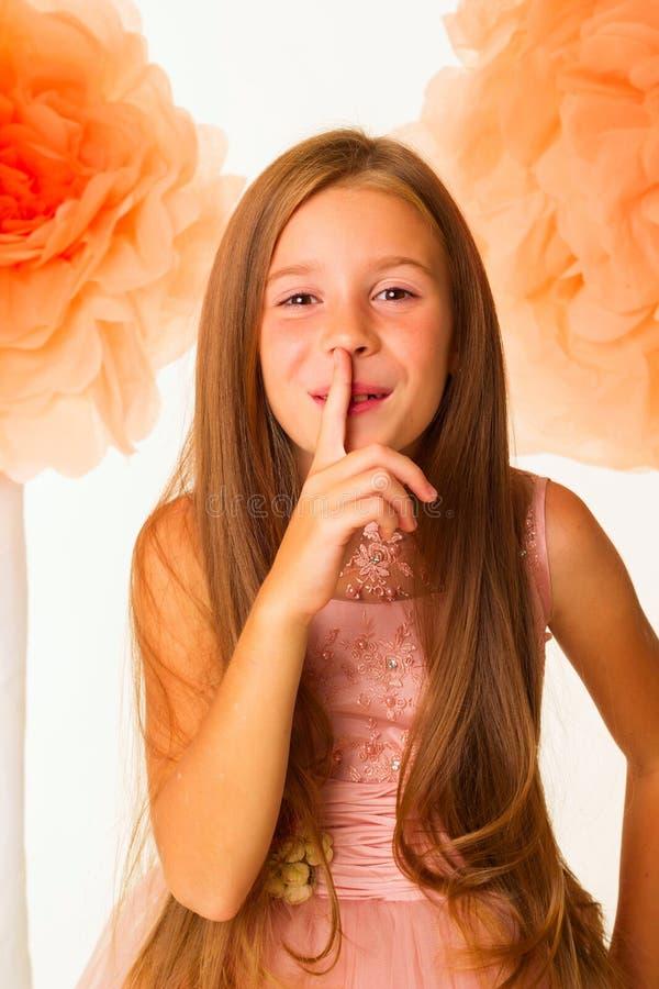 Portret mały ładny dziewczyna seansu ciszy gest nad przepływem zdjęcia royalty free
