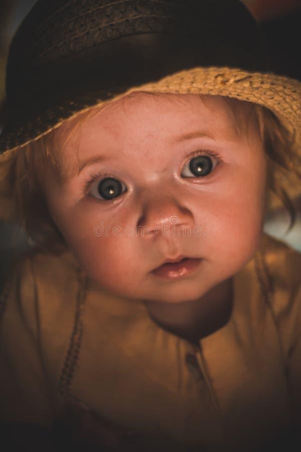 Portret mały dziecko w świetle świeczki Śliczny dziecko zdjęcia royalty free