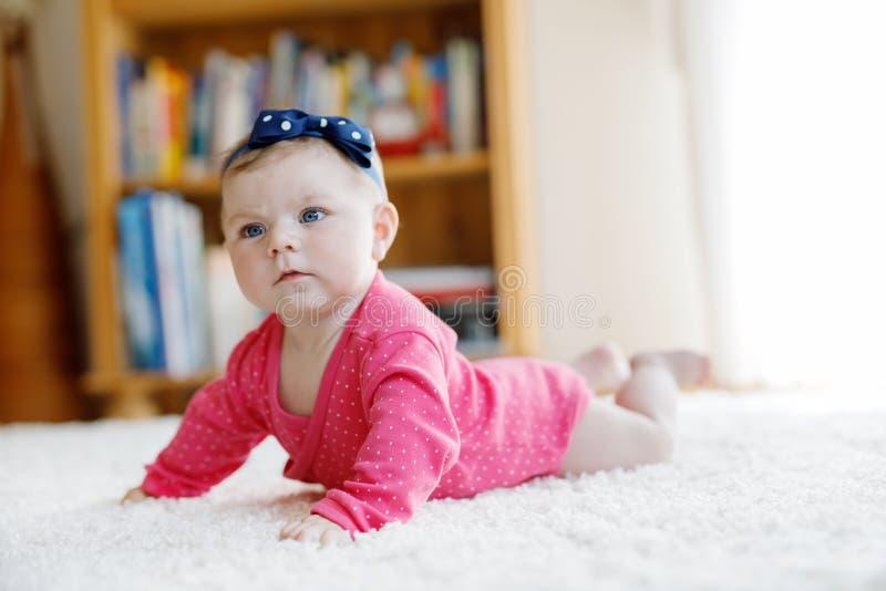 Portret ma?a malutka dziewczynka 5 miesi?cy indoors w domu zdjęcie royalty free