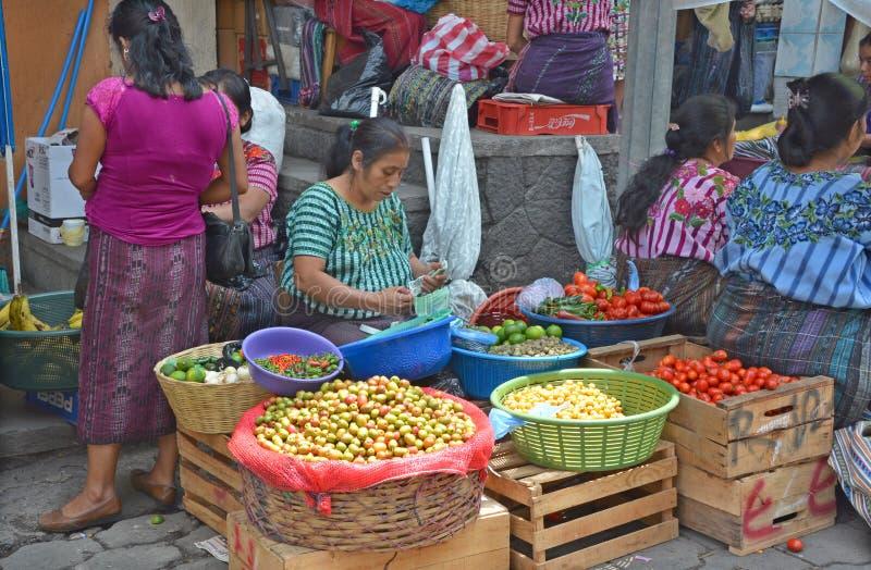 Portret Majskiej kobiety saling owoc i warzywo obraz stock