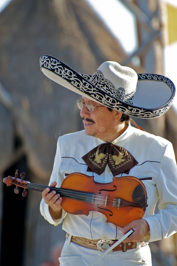 Portret Mariachi gracza spełnianie z skrzypce dla Plażowej widowni zdjęcie stock