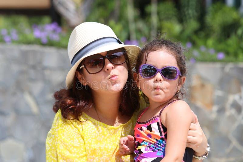 Portret matka i córka daje buziakowi kamera Foc zdjęcie stock