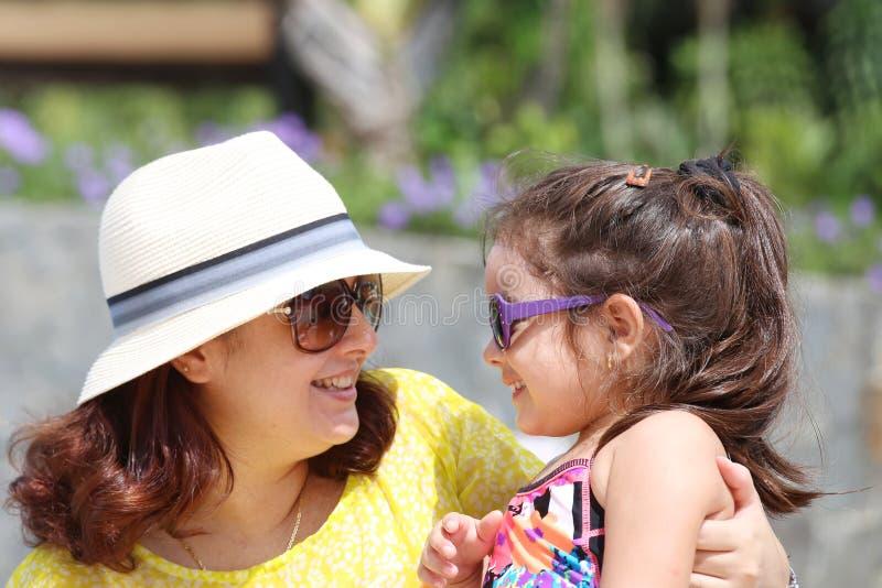 Portret matka i córka outdoors patrzeje each inny w s zdjęcie stock