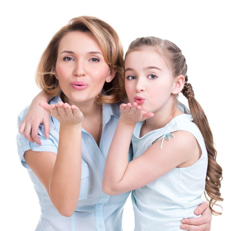 Portret matka i córka wysyłamy buziaki zdjęcie stock