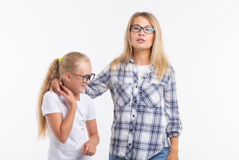 Portret matka i córka z eyeglasses na białym tle obraz royalty free