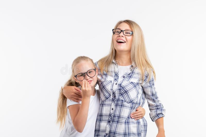 Portret matka i córka z eyeglasses na białym tle zdjęcia royalty free