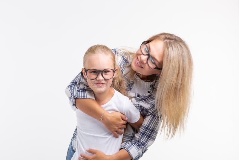 Portret matka i córka z eyeglasses na białym tle obrazy royalty free
