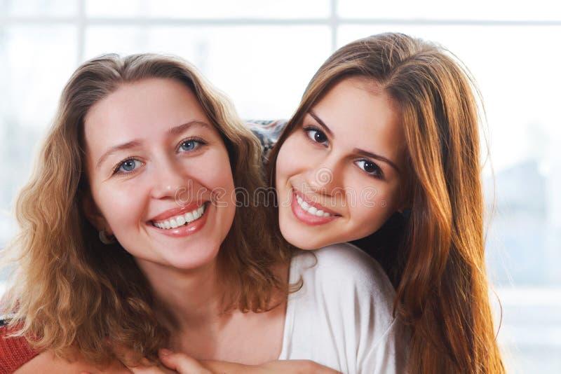 Portret matka i nastoletnia córka jest zamknięty ściskać i fotografia royalty free