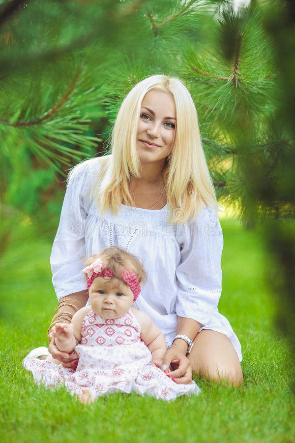 Portret matka z dzieckiem w lato zieleni parku. Outdoors. zdjęcia stock