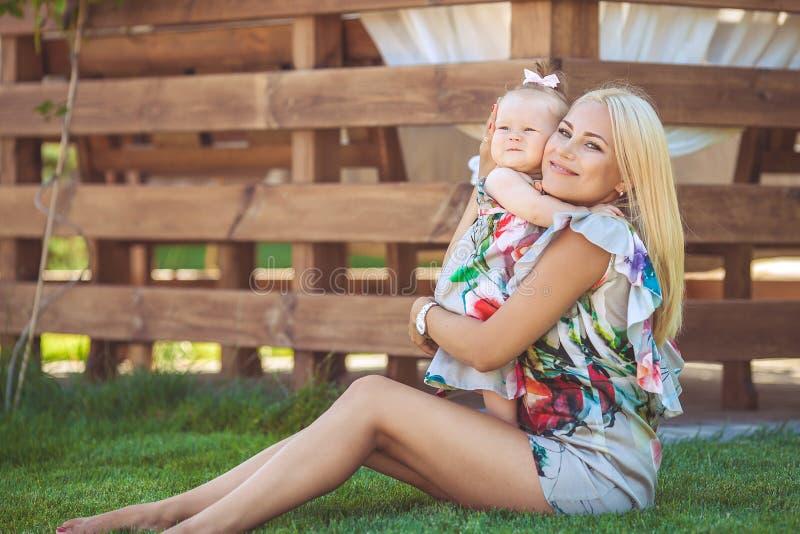 Portret matka z dzieckiem w lato zieleni parku. Outdoors. fotografia stock