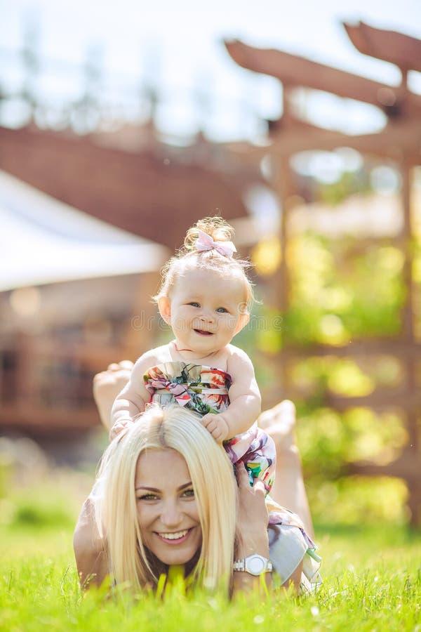Portret matka z dzieckiem w lato zieleni parku. Outdoors. obrazy stock
