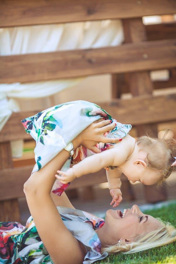 Portret matka z dzieckiem w lato zieleni parku. Outdoors. zdjęcia royalty free