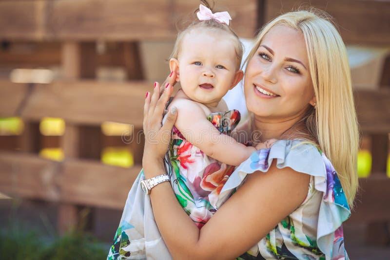Portret matka z dzieckiem w lato zieleni parku. Outdoors. zdjęcie stock