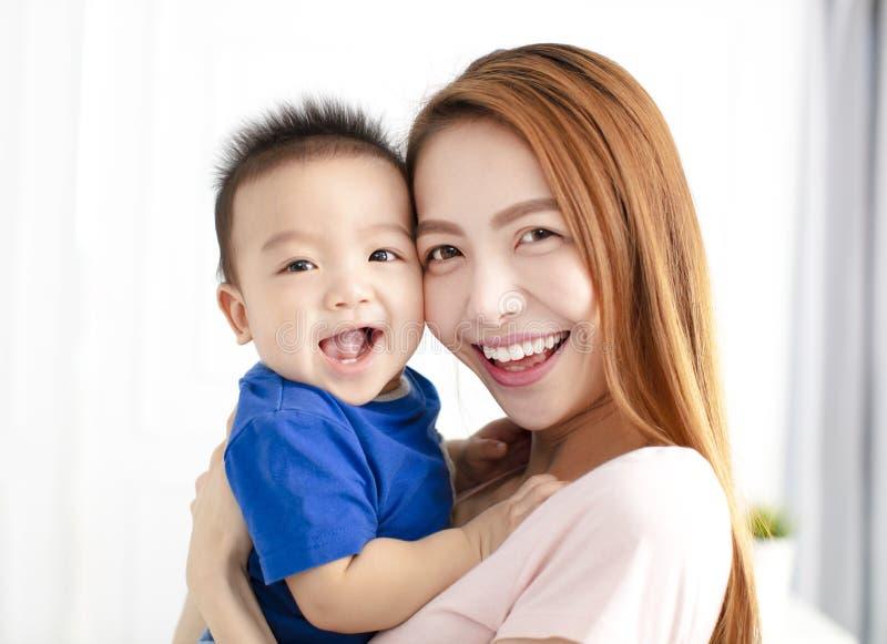 Portret matka z szczęśliwym synem zdjęcie stock