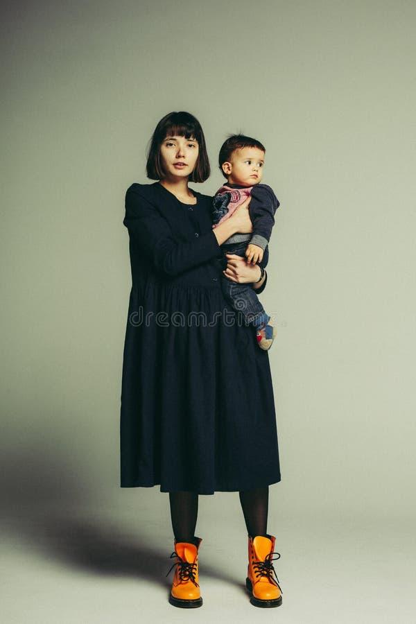 Portret matki i syna pozycja w studiu zdjęcie royalty free