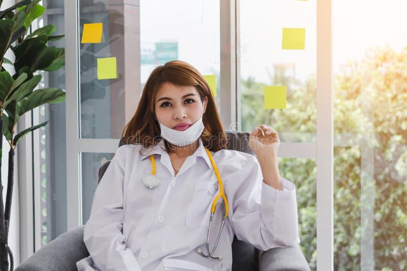 Portret medycyny kobiety lekarki młody Azjatycki obsiadanie przy szpitalnym biurem fotografia royalty free