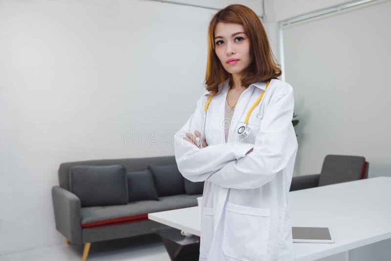 Portret medycyny kobiety lekarki m?oda Azjatycka pozycja na miejsce pracy szpitalny biuro obrazy stock