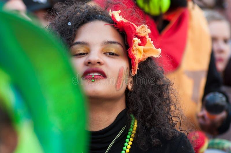 Portret metis dziewczyny taniec w ulicie obraz stock