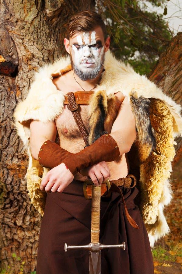 Portret mięśniowy antyczny wojownik z kordzikiem fotografia royalty free