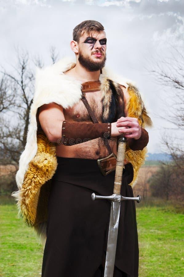 Portret mięśniowy antyczny wojownik z kordzikiem zdjęcia royalty free
