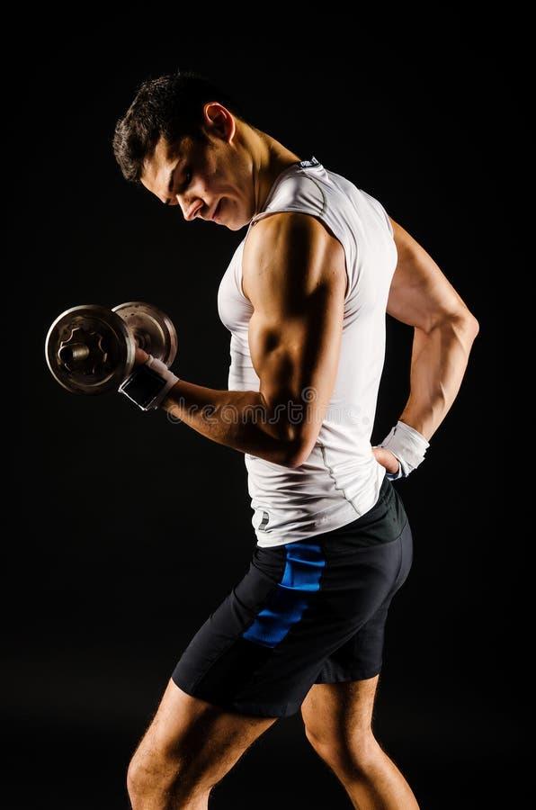 Portret mięśniowy mężczyzna ćwiczyć zdjęcie stock