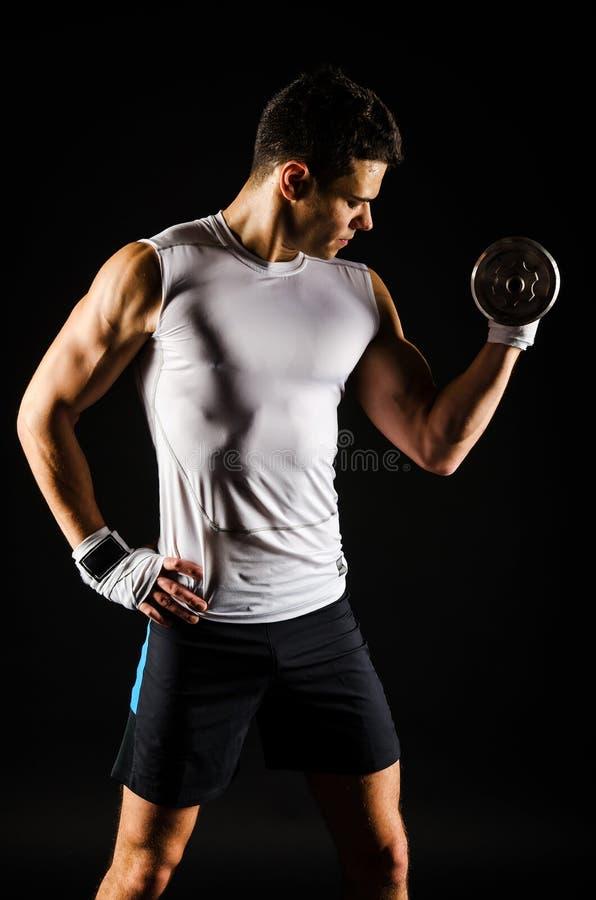Portret mięśniowy mężczyzna ćwiczyć zdjęcia stock