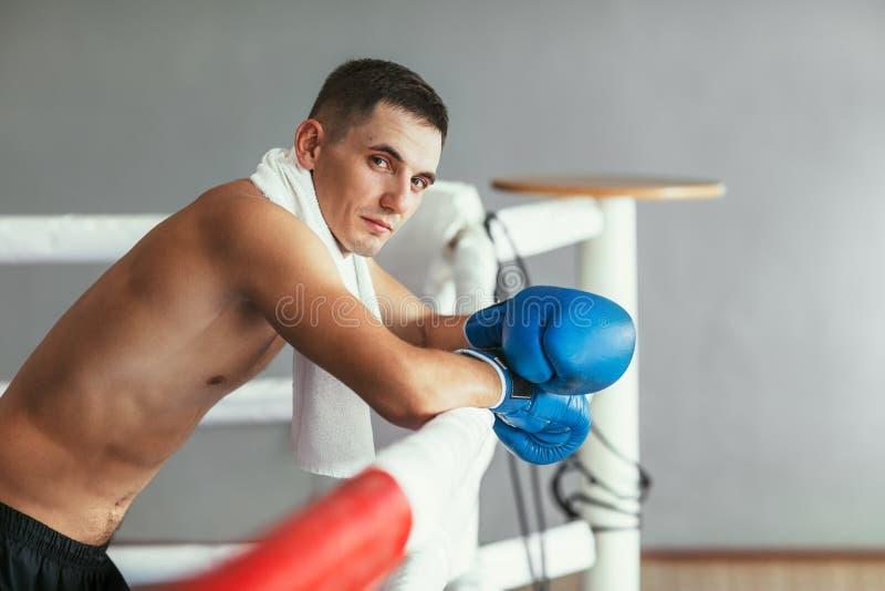 Portret mięśniowy przystojny bokser relaksuje na bokserskim pierścionku obrazy stock