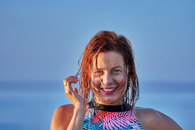 Portret miedzianowłosa mokra w średnim wieku kobieta w swimsuit na lato wieczór w świetle położenia słońca zdjęcie stock