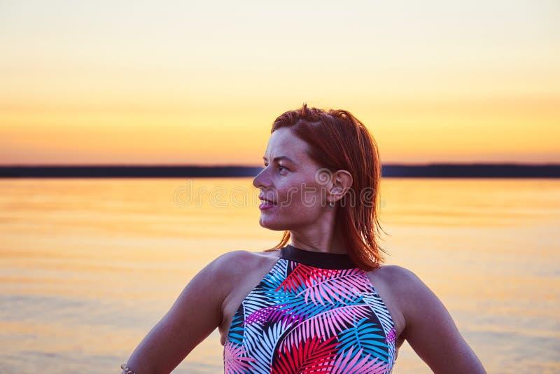 Portret miedzianowłosa mokra w średnim wieku kobieta w swimsuit na lato wieczór po zmierzchu zdjęcie royalty free