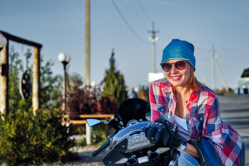 Portret miedzianowłosa w średnim wieku kobieta po motocykl przejażdżki na pogodnym wieczór w wieczór fotografia royalty free