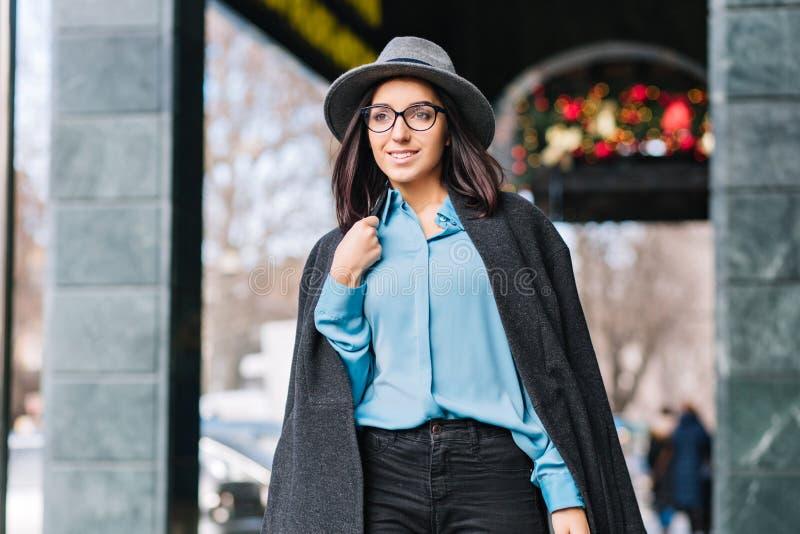 Portret modieuze jonge vrouw die van de luxe het modieuze stad op straat in stad in Kerstmistijd lopen Grijze hoed, laag royalty-vrije stock fotografie