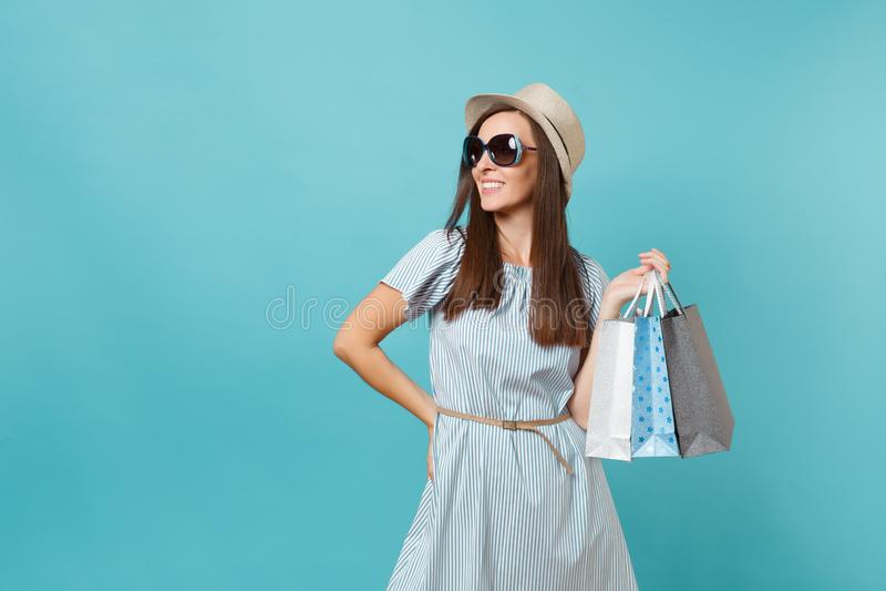 Portret modna atrakcyjna szczęśliwa kobieta w lato sukni, słomiany kapelusz, okulary przeciwsłoneczni trzyma pakunki zdojest z za obraz stock