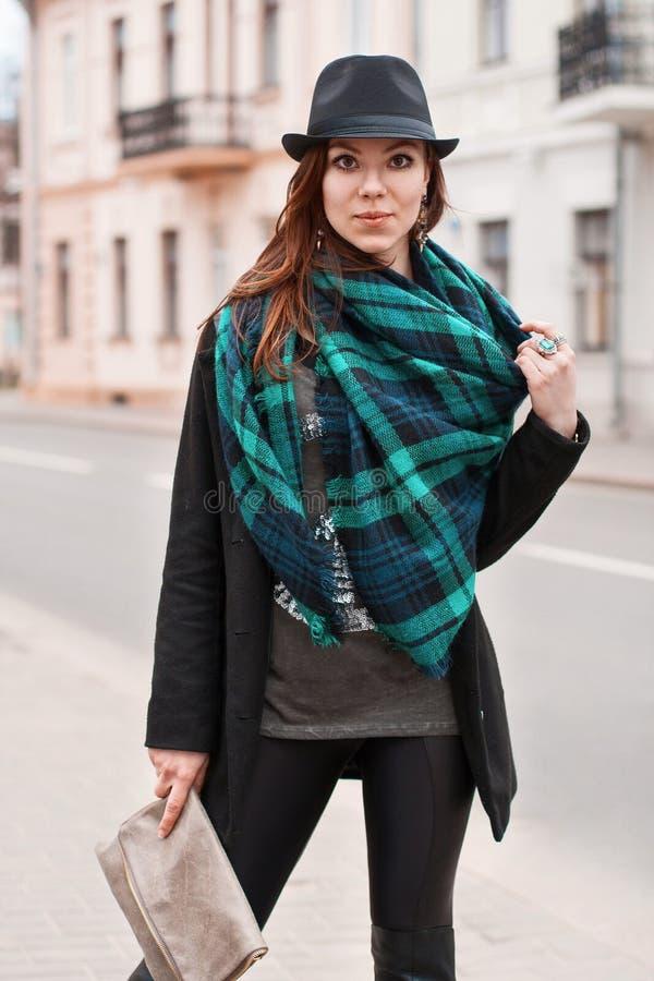 Portret modna kobieta w pelerynie i szaliku zdjęcie royalty free